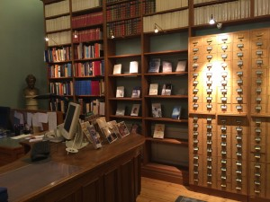 Nobelbibliotekets expedition, med Selma Lagerlöfs byst till vänster, nyinkommen litteratur i mitten och den gamla kortkatalogen till höger.